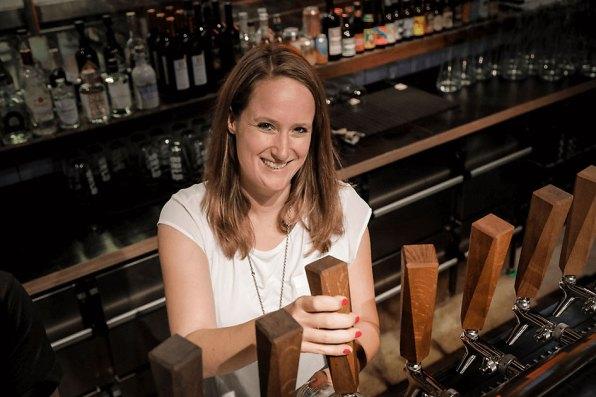 Die Mitgründerin Katharina Kurz zapft Bier im BRLO BRWHOUSE