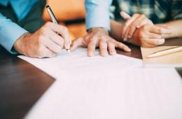 Meiner und Vermieter beim Unterschreiben eines Mietvertrages für eine Gastro-iImmobillie