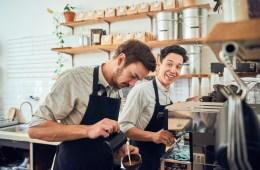 Die beiden Gründer des ISLA Berlin bei der Arbeit im Café
