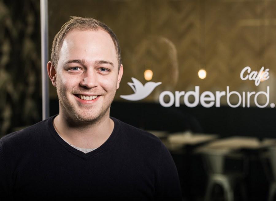 Christian von orderbird posiert vor einer Holzwand