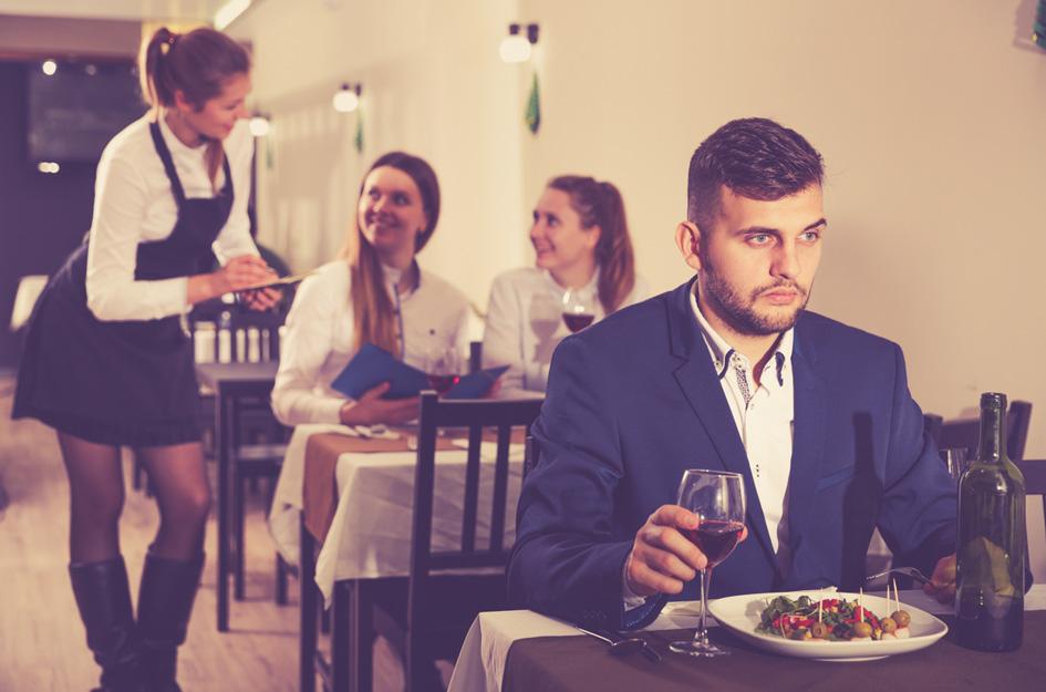 Ein Gast im Restaurant schaut unglücklich