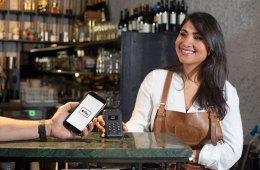 Apple Pay in Deutschland: Ein Gast bezahlt mit dem Smartphone in einer Gastronomie