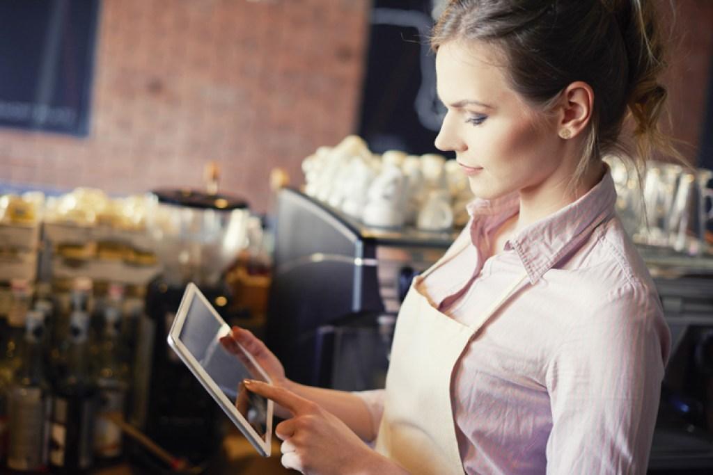 Eine Kellnerin bedient eine iPad-Kasse