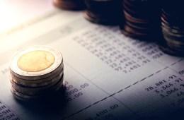 Um das Kassenbuch richtig zu führen, wird das gesamte Bargeld gezählt und dokumentiert.