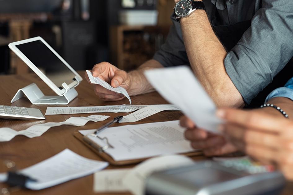Papiere und Dokumente und ein iPad auf dem Tisch.