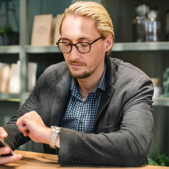 Un client attend en regardant sa montre