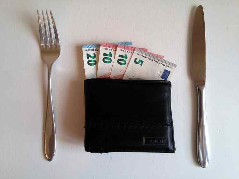 Un portefeuille garni d'un couteau et d'une fourchette