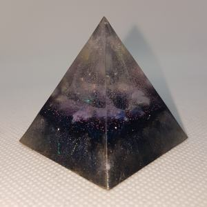 Beginning of Time Orgone Orgonite Pyramid 4cm - A heart of A huge Herkimer Diamond, with A ring of Lapiz Lazuli. with Shungite, iron and magnetite for Piezoelectric effect.