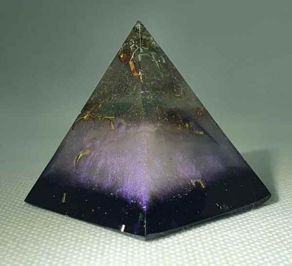New Horizons of Love Orgone Orgonite Pyramid 4cm -Fluorite, Green Calcite, Labradorite and Moonstones, Gold and Brass wonders of the new world!