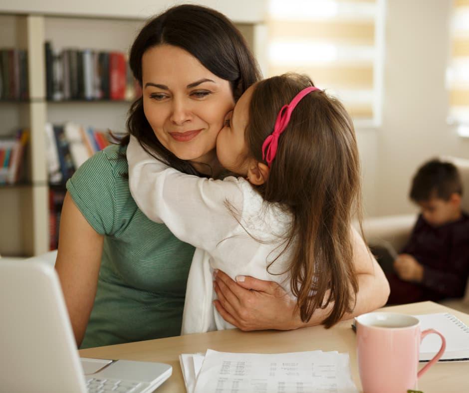 Матери, работающие дома с детьми