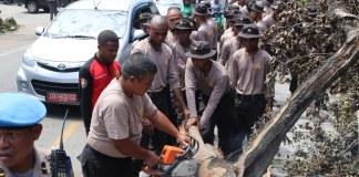Siswa SPN Polda Papua Bersihkan Material Sampah Hasil Rusuh di Jayapura