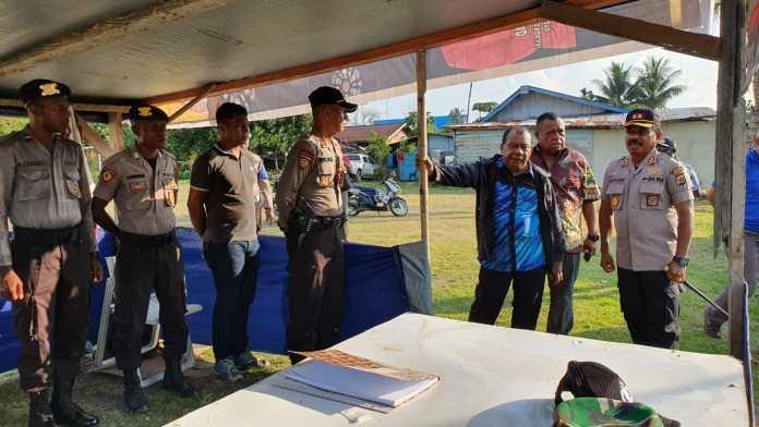 Bupati Mamberamo Raya Dorinus, Dasinapa, A.Ks, S.Sos didampingi Kapolres AKBP. Aleksander Louw,SH meninjau salah satu Pos PAM dalam rangka 1 Desember 2019.