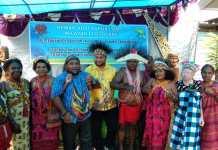 Ketua Dewan Adat Papua wilayah III Doberay, Mananwir Paul Finsen Mayor,S.IP bersama masyarakat Pegunungan Arfak dalam satu kesempatan. Foto:IST