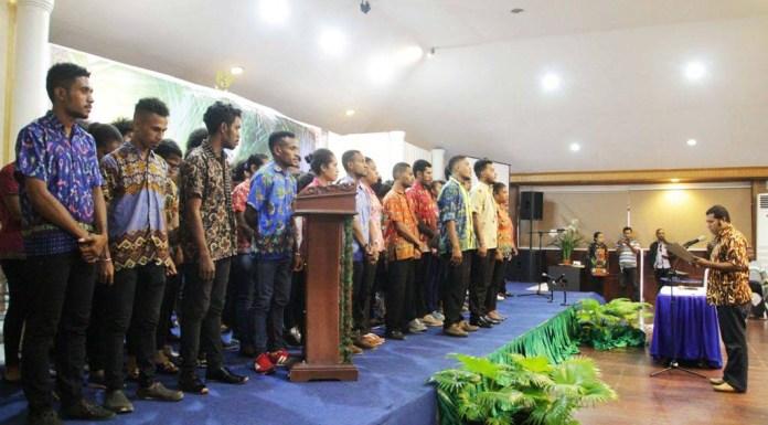 Bupati Biak Numfor Herry Ario Naap, S.Si., M.Pd melantik Badan Pengurus IKMABI Manokwari Periode 2019-2021 di salah satu hotel di Manokwari, Kamis, (21/11/21019).