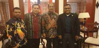 Pose bersama Filep Wamafma ,Wakil Ketua DPD RI, Nono Sampono dan Markus Mirino di kedubes China. Foto:IST