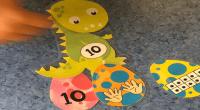 Hoy os traemos este fantástico material deLaura, de Profe_Lau_ Infantil. https://www.instagram.com/profe_lau_infantil/ Autora del blog https://profelauinfantil.wordpress.com Como ella nos cuenta: «Nosotros hoy hemos jugado así, a buscar los huevos de dinosaurio, […]