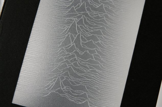 Closeup of the engraving of a stacked visualisation of 80 consecutive radio signals from pulsar CP1919