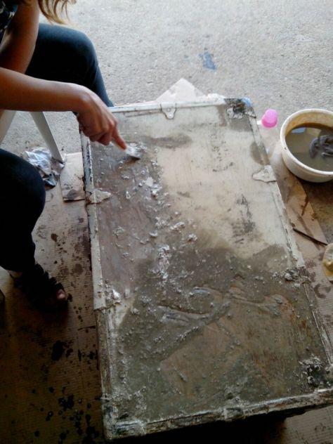 Grattage à l'aide d'une spatule de la peinture ramollie par le décapant Gel OriginalGreenSpirit