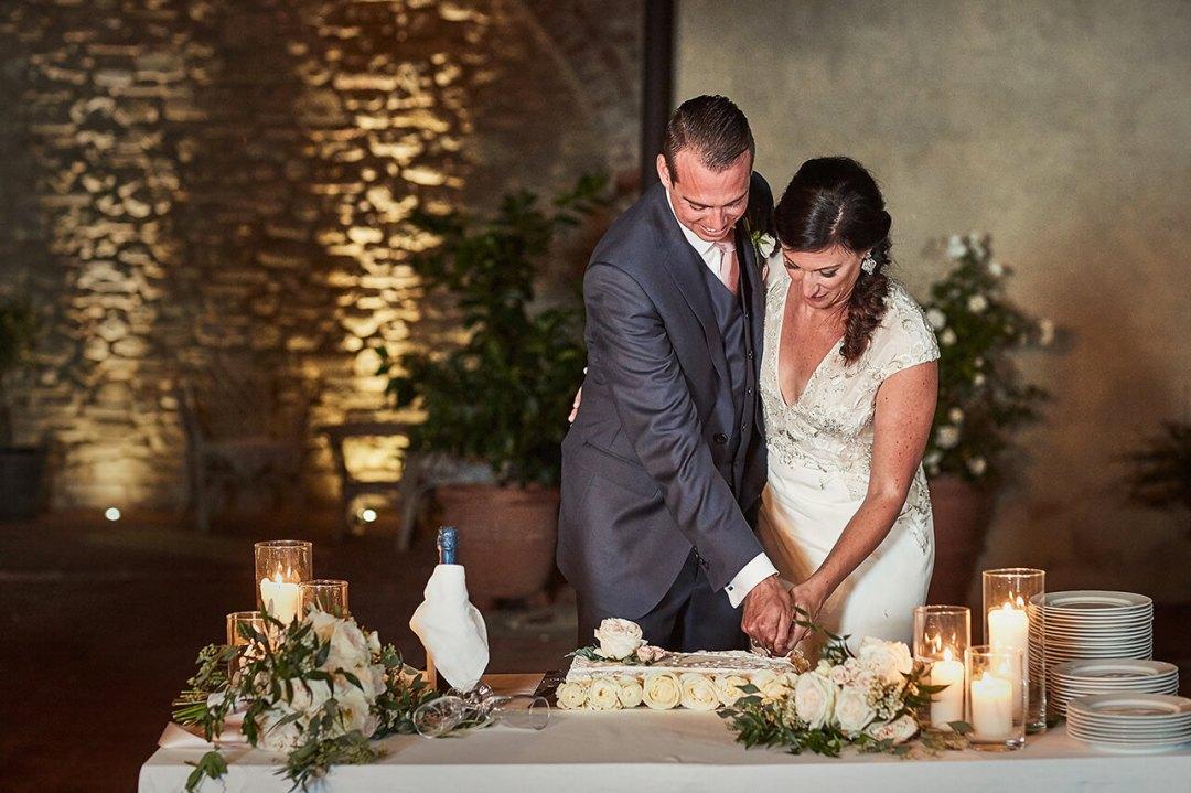 Erica & Rob cutting the cake