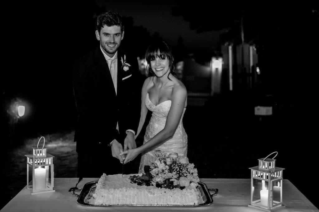 Caroline & Richard cutting the cake