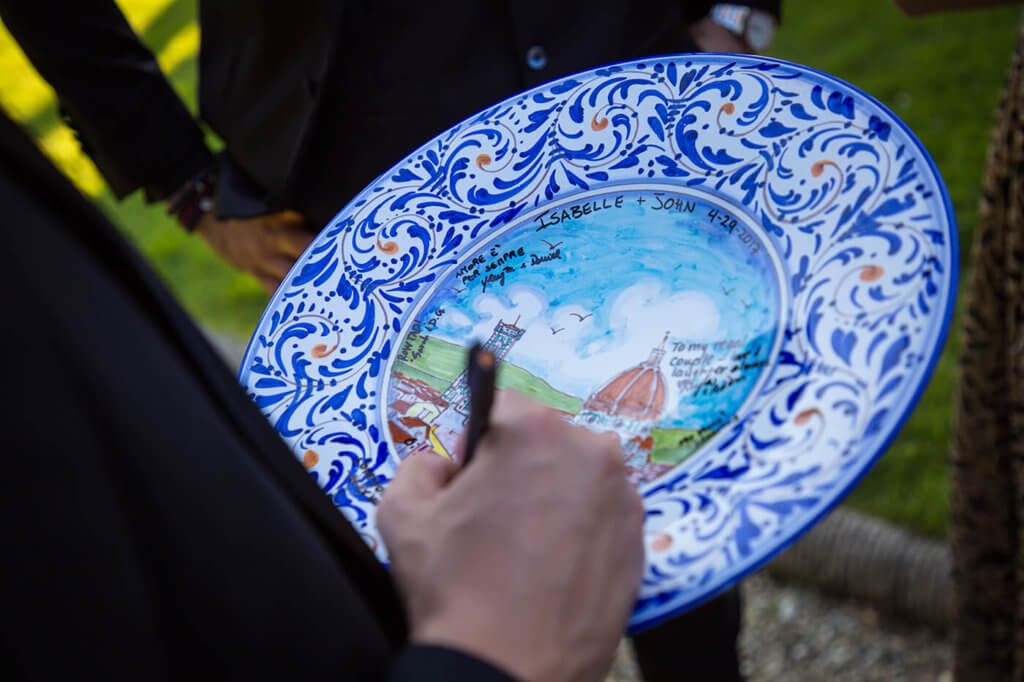 An artisan realizes hand-painted dishes as a souvenir of marriage