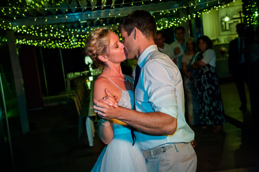 Lauren & Ben have a romantic first dance