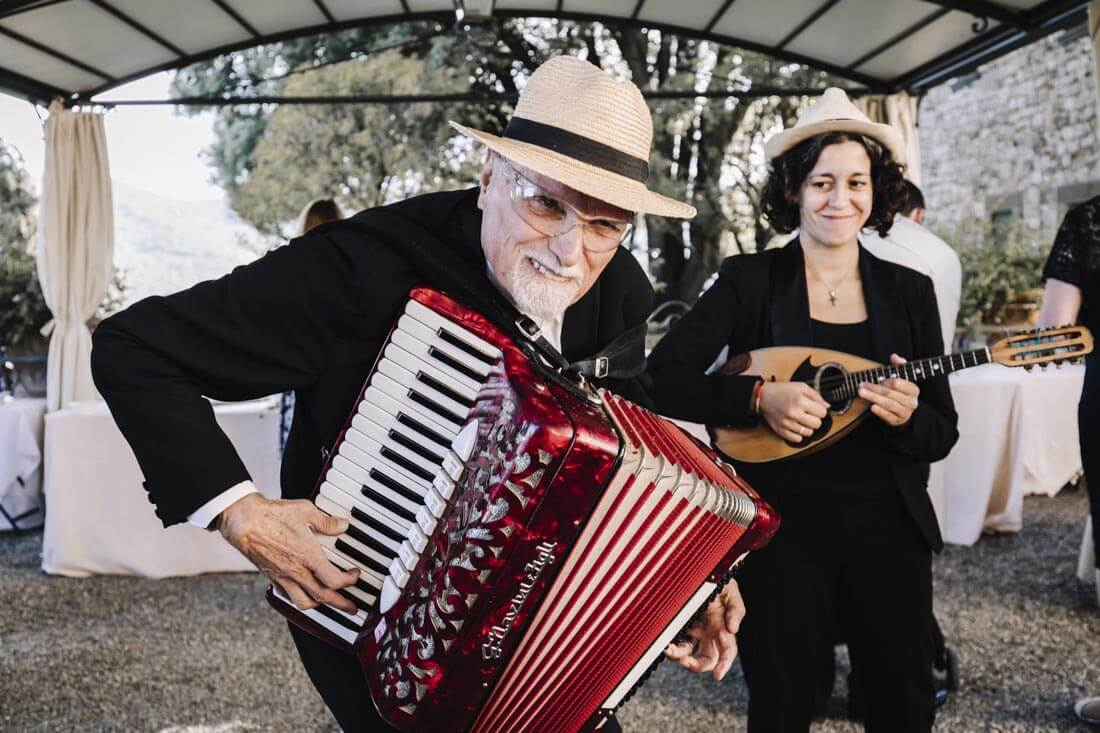 A fun duo play live music during the aperitif