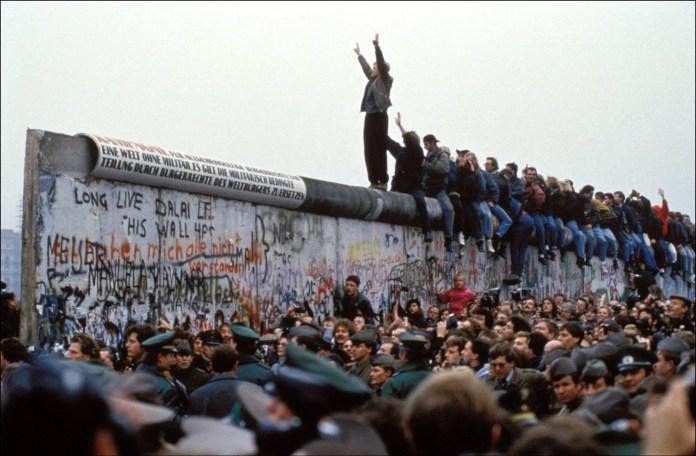 Ragazzi che celebrano la caduta del Muro di Berlino