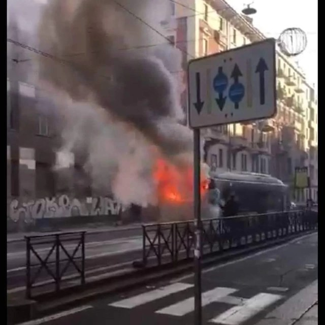 bus in fiamme in via Cibrario