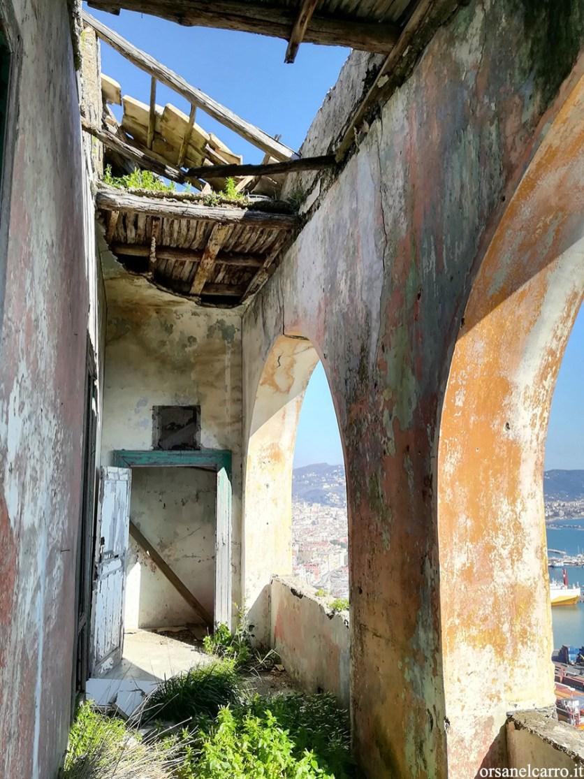 Il loggiato sul porto della casa abbandonata
