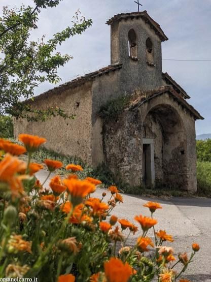 Cappella abbandonata lungo la strada