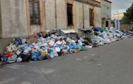 rifiuti davanti scuola