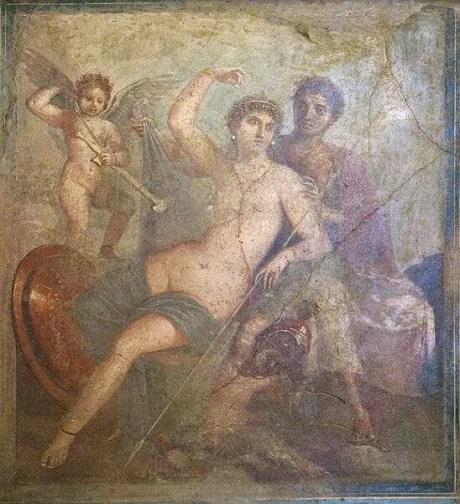Ares e Afrodite, Museo archeologico nazionale di Napoli, (inv. nr. 9248). Da Pompei, Casa delle Nozze di Ercole (o Casa di Marte e Venere). Marte solleva il manto azzurro di Venere, per ammirarne la nudità caratterizzata solo da una catena d'oro disposta ad X. Caratteristica è la rappresentazione dei due sessi che prevede una carnagione bruna per l'uomo e chiara e delicata per la donna. Due amorini giocano con le armi di Marte. Lo scudo e l'elmo rimandano riflessi di luce.