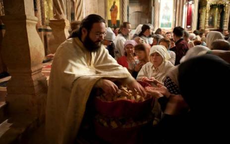 Τι νόημα έχει να φιλάμε το χέρι του ιερέα;