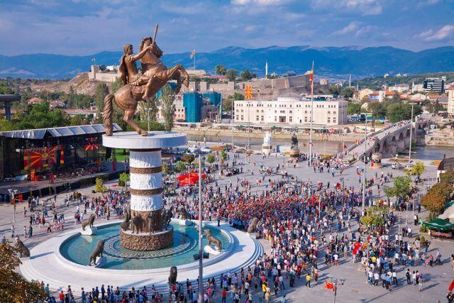 Σκόπια : Γκρεμίζουν τα αγάλματα του Μεγάλου Αλεξάνδρου