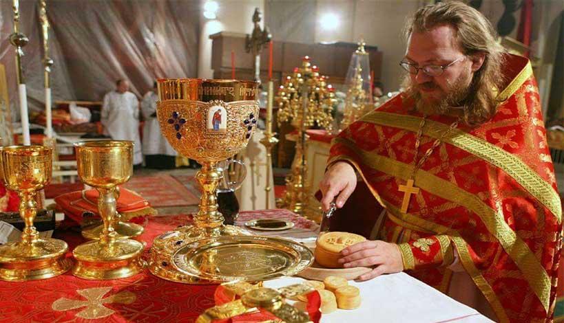 Ο ιερέας και η θεία κοινωνία στον ανήμπορο ετοιμοθάνατο