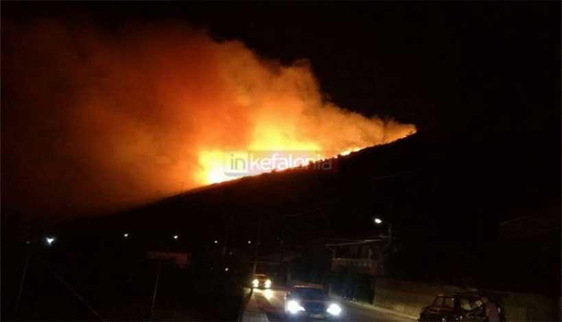 Κεφαλονιά: Καίγεται το νησί - Σχέδιο εκκένωσης των χωριών Λουρδάτα και Σιμωτάτα