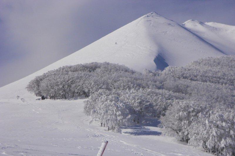 Veduta invernale del monte catria