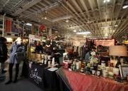 アーティスツ・アンド・フリーズ – 地元アーティストの店が集まるマーケット