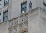 ニューヨークのビルの屋上に立つ31体の彫刻を見つけよう