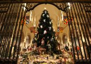 天使が舞うメトロポリタン美術館のクリスマスツリー