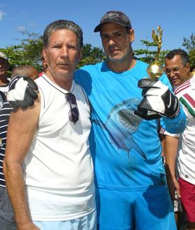O presidente da Lisca, Gilson Gomes, com o goleiro e tricampeão Toninho, do Treze Coqueiral, o menos vazado, posando com o seu troféu.