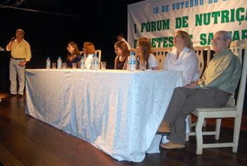 O secretário de Saúde, Amilcar Ferreira, abriu o encontro que contou com a presença da prefeita Franciane Motta e do ex-prefeito Jurandir Melo. Foto: Camilo Mota.
