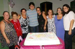 O vereador Pedro Ricardo com algumas mulheres nota 10, na homenagem que prestou no Clube Saquarema.