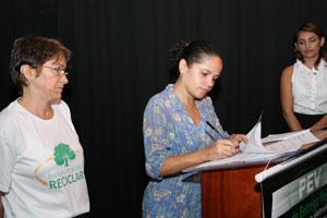 A prefeita Franciane assinando o contrato com o Instituto Ambiental Reciclar. Foto: Edimilson Soares.