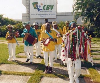 A tradicional Folia de Reis Estrela do Oriente, de Sampaio Corrêa, fez uma apresentação ao ar livre, no Centro de Desenvolvimento do Vôlei, em Barra Nova.