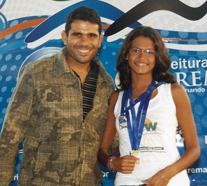O diretor de esporte Gula e a campeã de natação Luiza do Washington Luis.