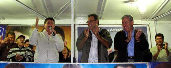 Paulo Melo arrancando aplausos dos ex-prefeitos Jurandir Mello e Dalton Borges e do vice-prefeito Dr. Amílcar, na reunião realizada no Rio Mole, onde foi asfaltada a estrada principal. Foto: Edimilson Soares.