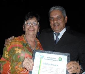 A atriz Neide Falcão, da Casa do Nós, recebendo a homenagem do vereador Romacarth Azeredo, pelo trabalho cultural que a instituição vem desenvolvendo em Saquarema. Foto: Maghy Carvalho.