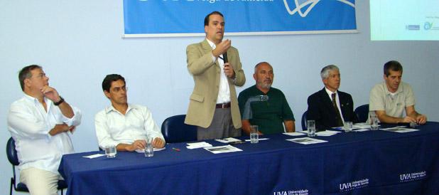 Firmino discursa em audiência pública realizada em Cabo Frio. Foto: Divulgação / INEA.